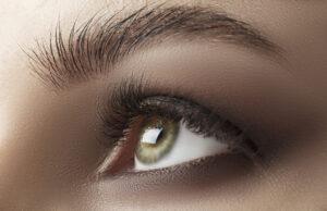 Tendência de maquiagem, olhos esfumados de cinza ao invés de preto